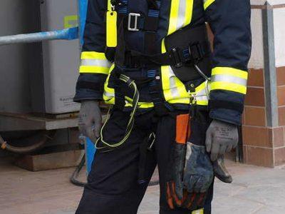 Feuerwehrmann mit Ausrüstung für Abschutzsicherung