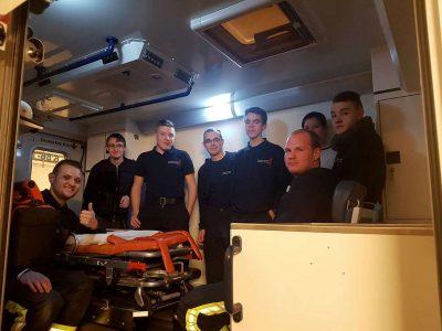 Gruppe im Rettungswagen / Bild E. Antretter